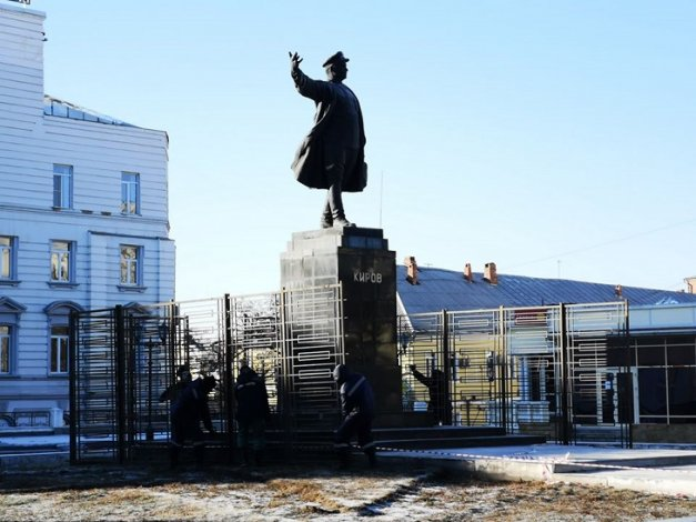 Астраханский памятник оказался за решёткой