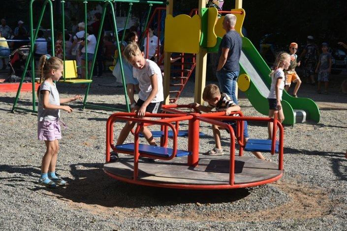 Поручения астраханцев выполняются: во дворах появляются новые детские площадки