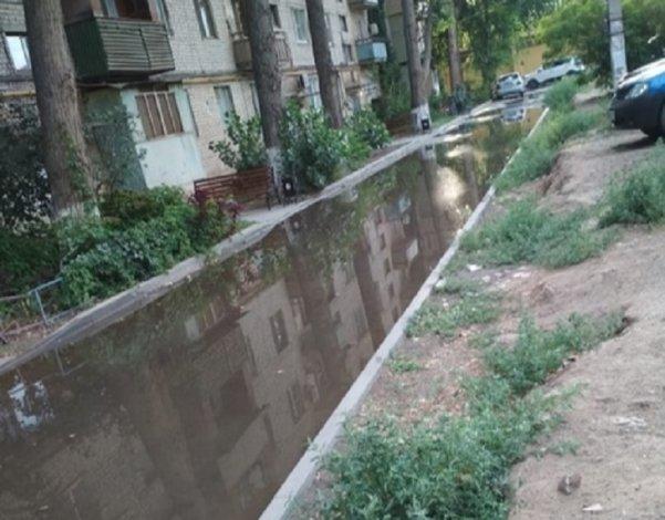Астраханский двор несколько дней отражается в канализационной луже
