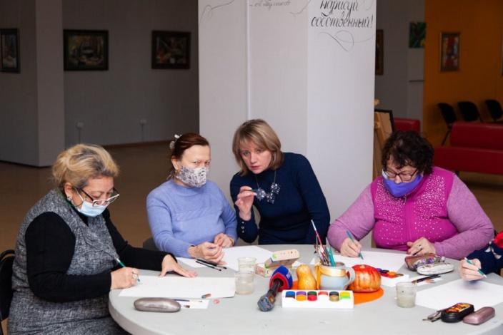 Астраханский экс-министр Зотеева научила бабушек рисовать