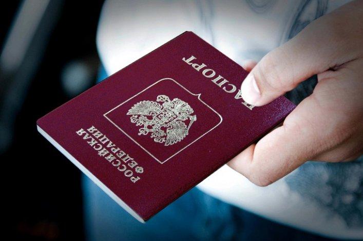 Астраханским школьникам в День Конституции торжественно вручили паспорта