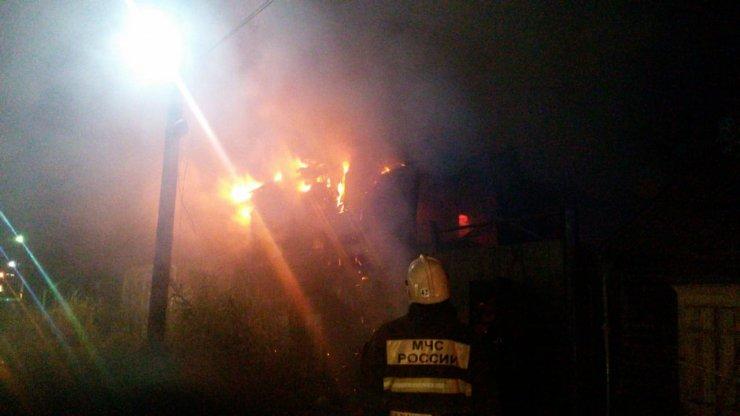 В Астрахани вновь поджигают дома