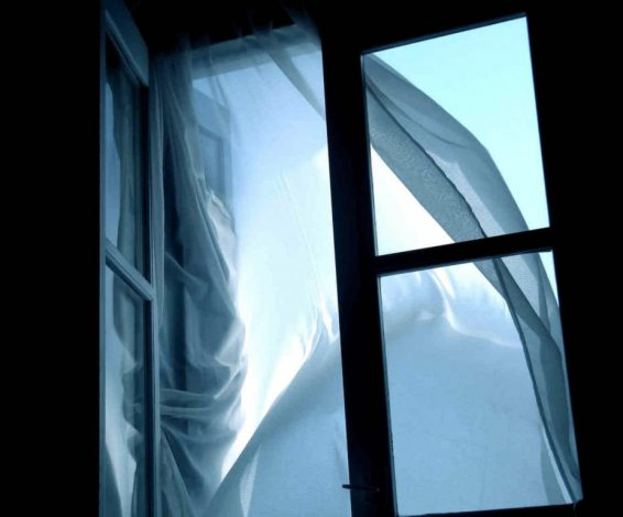 В Астрахани разбился выпавший из окна мужчина