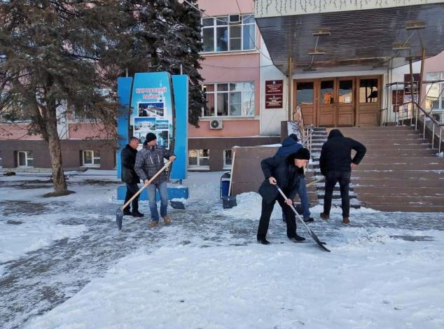 В администрации Астрахани сообщили о зачистке снега силами клерков