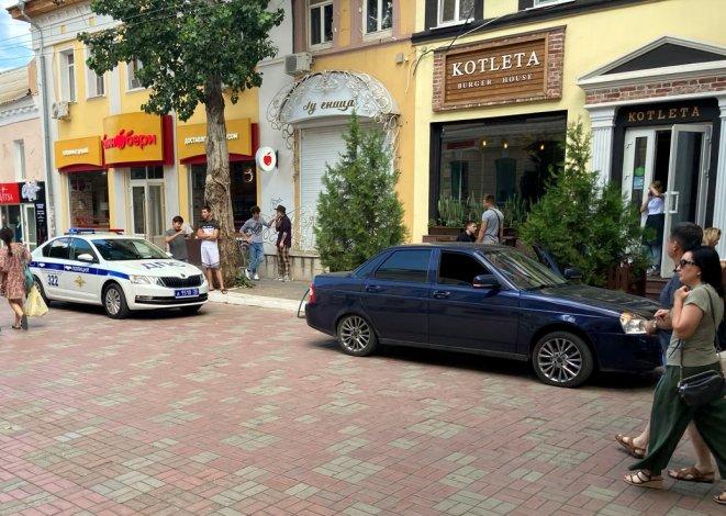 Водитель «Приоры» заехал на пешеходную зону в центре Астрахани и попался