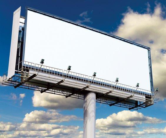 В центре Астрахани демонтируют десятки рекламных щитов