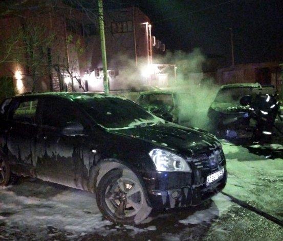 Ночью в Астрахани сгорели три машины