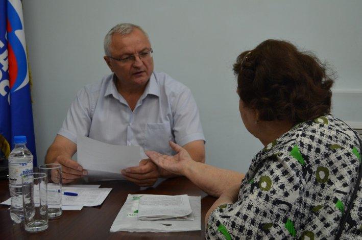 Депутаты-единоросы оказали материальную помощь малоимущим гражданам