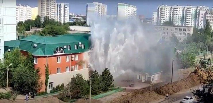 Фонтан от прорвавшейся в Астрахани трубы достиг высоты 6 этажа