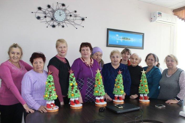 В учреждениях соцобслуживания Астраханской области открываются новогодние мастерские
