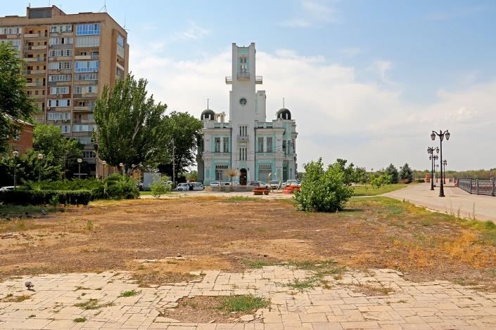 Невесёлая картина сложилась вокруг самого радостного места Астрахани – ЗАГСа