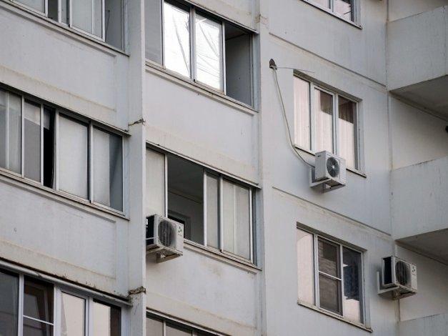 В Астрахани из окна 9-го этажа выпала девочка-подросток
