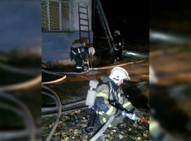Ночью в Астрахани сгорел цех по сборке мебели