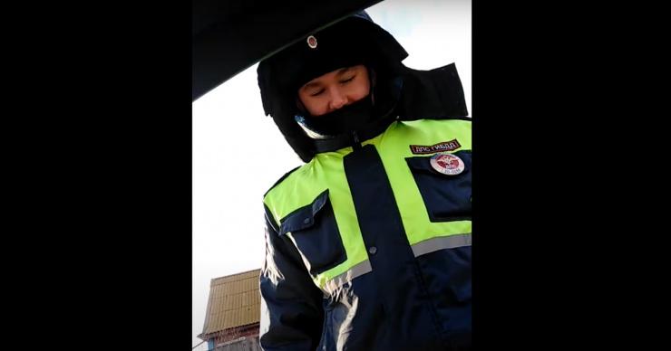 Астраханец показал, как он общается с инспектором ДПС