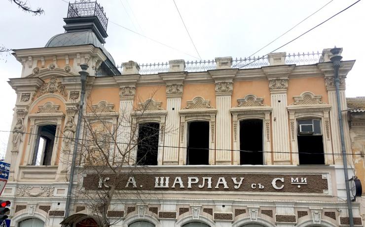 Неизвестные уродуют здание «Шарлау» в Астрахани