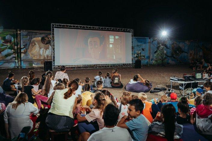 Теплые киновечера становятся традицией в астраханских дворах