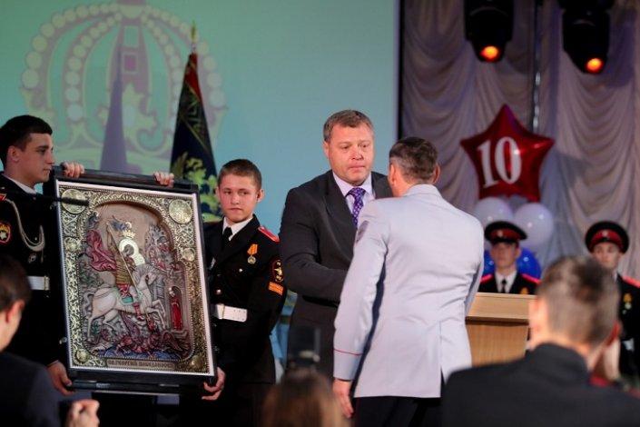 Игорь Бабушкин подарил астраханским суворовцам икону