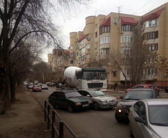 В Жилгородке бетономешалка въехала в две легковушки