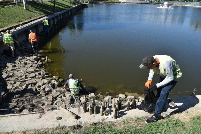 Астраханские коммунальщики чистят Лебединое озеро