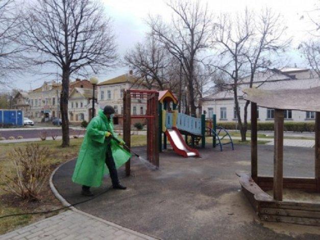 Астраханские коммунальщики продолжают дезинфекцию города