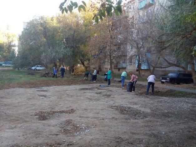 Жители правобережья Астрахани вышли на субботник