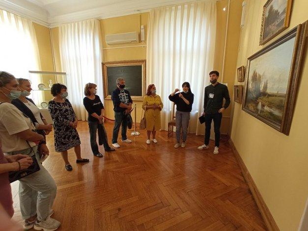 Картинную галерею посетили слабослышащие астраханцы