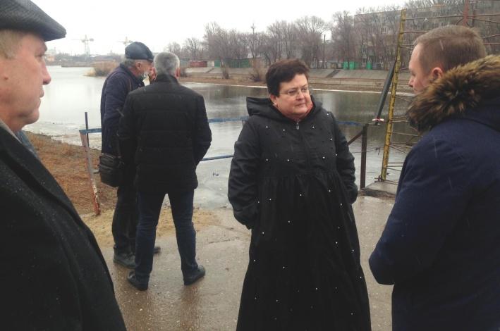 Мария Пермякова провела совещание около затонувшего понтонного моста