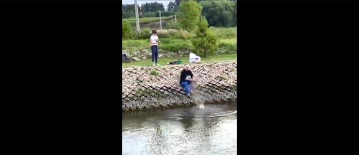 Первый рыбацкий опыт бабушки с внуком под Астраханью попал на видео