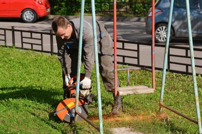 В Астрахани продолжатся ликвидация опасных объектов на детских площадках