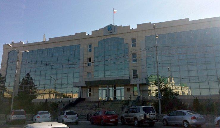 Над астраханской администрацией заметили рваный флаг России