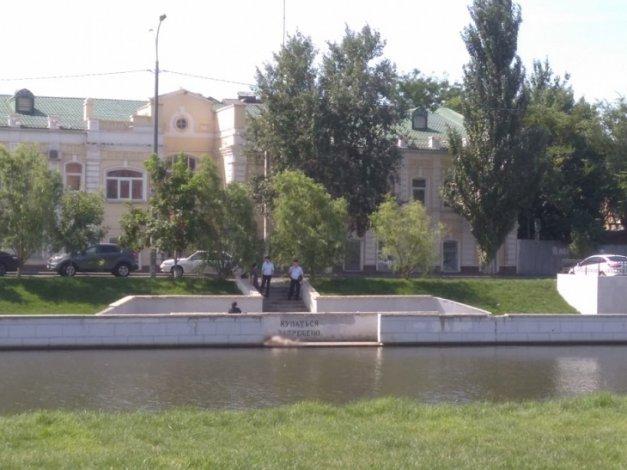 В центре Астрахани из канала подняли тело неизвестного