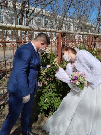 135 пар влюблённых астраханцев поженились на Красную горку