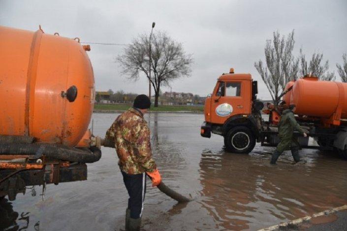 Коммунальные службы Астрахани откачивают воду с затопленных улиц