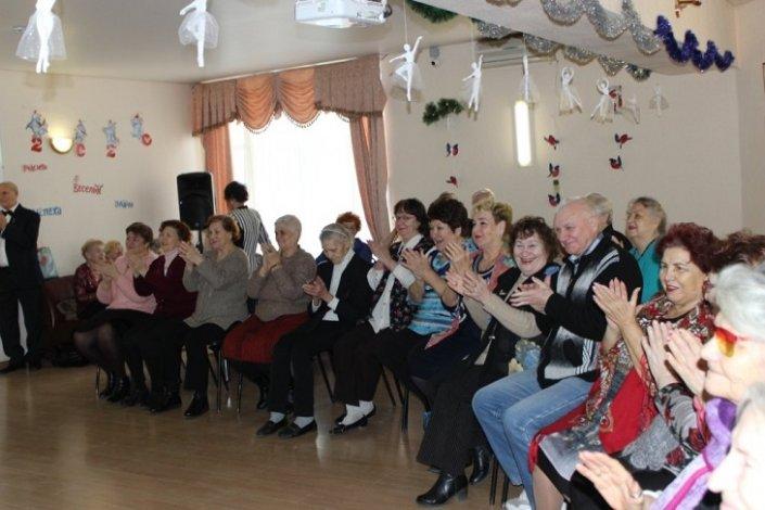 Астраханские пенсионеры провожают старый год песнями