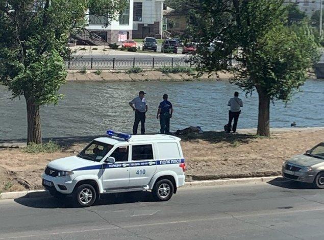В Астрахани из канала достали тело мужчины