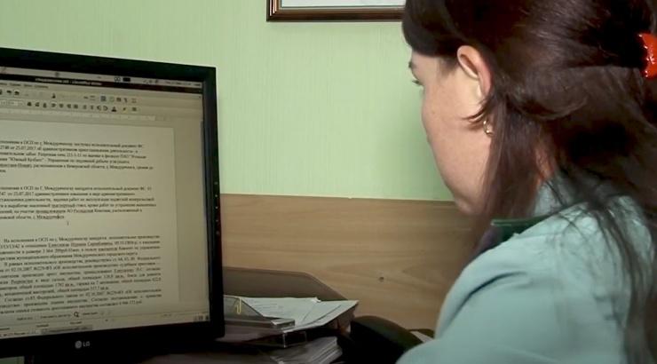 Судебный пристав из Камызякского района подозревается в превышении должностных полномочий