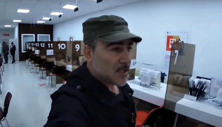 Астраханский видеоблогер устроил скандал в МФЦ
