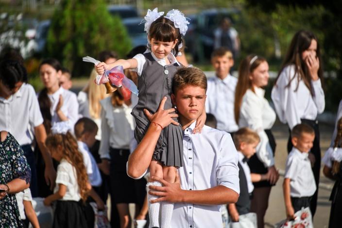 Спикер астраханской облдумы поздравил сельских школьников с 1 сентября