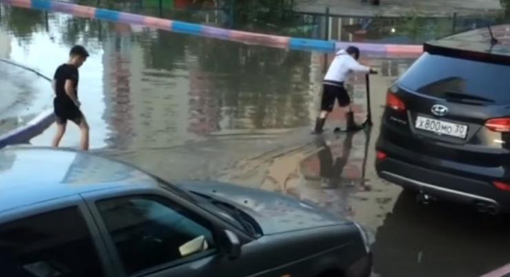 Последствия воскресного ливня с градом в Астрахани попали на видео