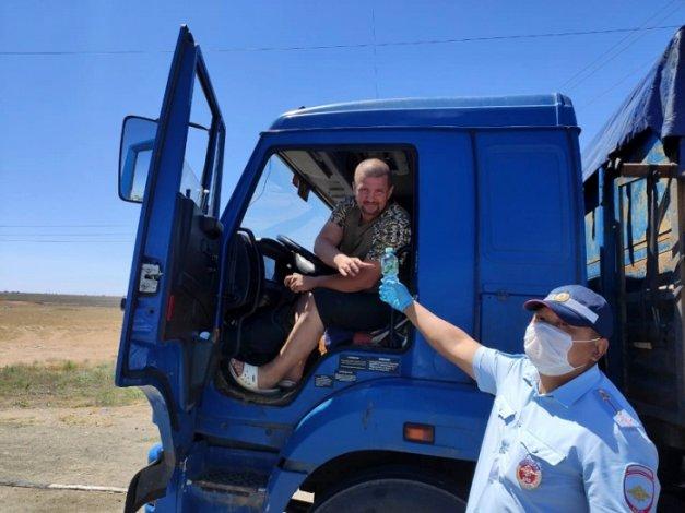 Астраханские автоинспекторы помогают водителям переносить зной