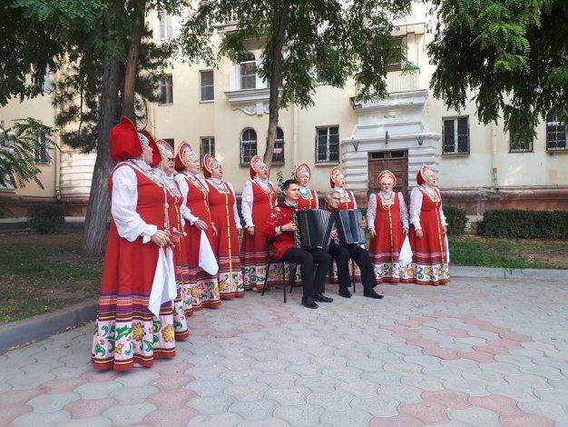 Астраханские пенсионеры провожают лето под музыку