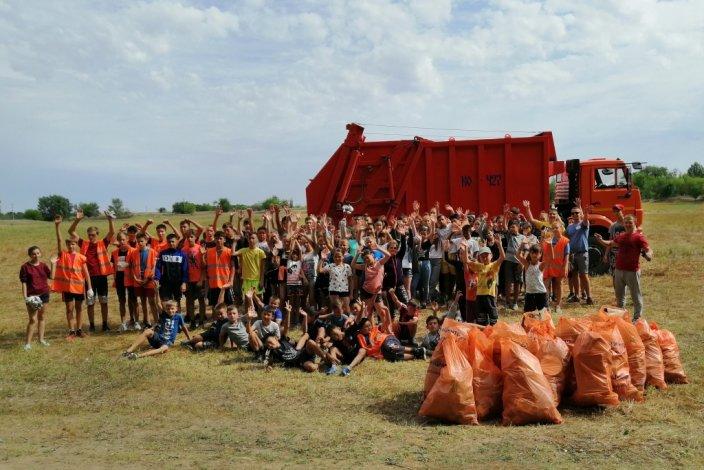 На берегу реки Ашулук собрано сто мешков мусора