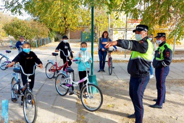 Астраханские полицейские обучают юных велосипедистов безопасной езде