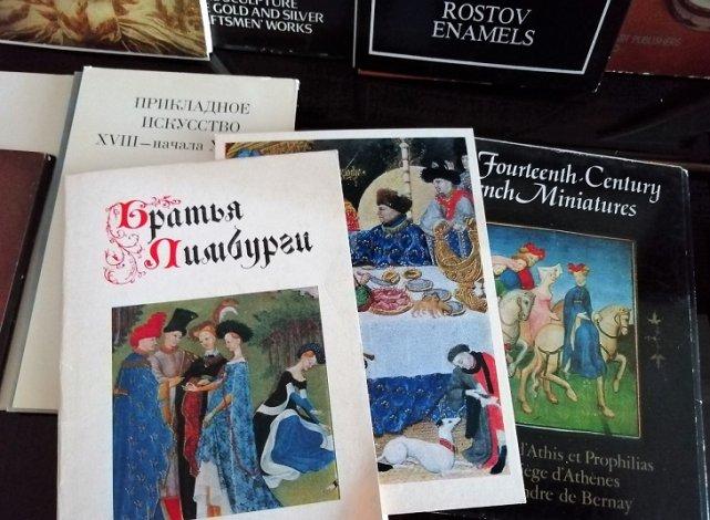 Астраханцы подарили библиотеке Крупской редкие открытки