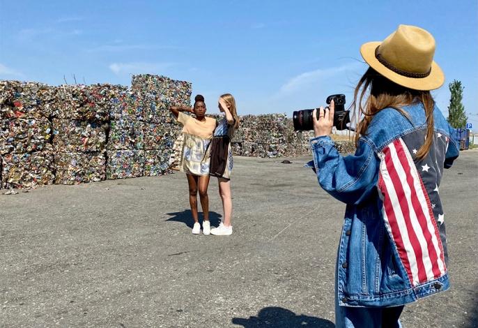 Модели устроили модную фотосессию на мусоросортировочном комплексе в Астрахани