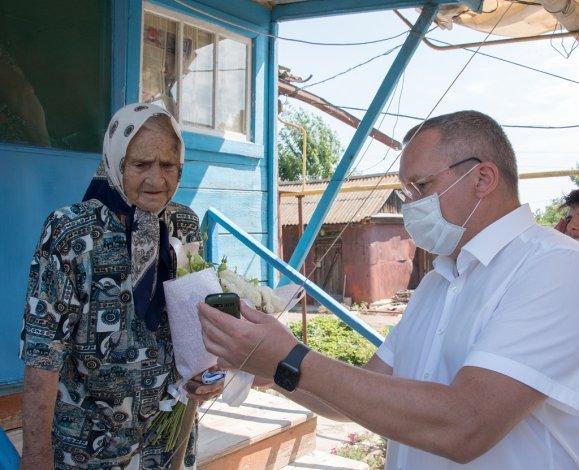 Ветеранам Камызякского района вручены мобильные телефоны