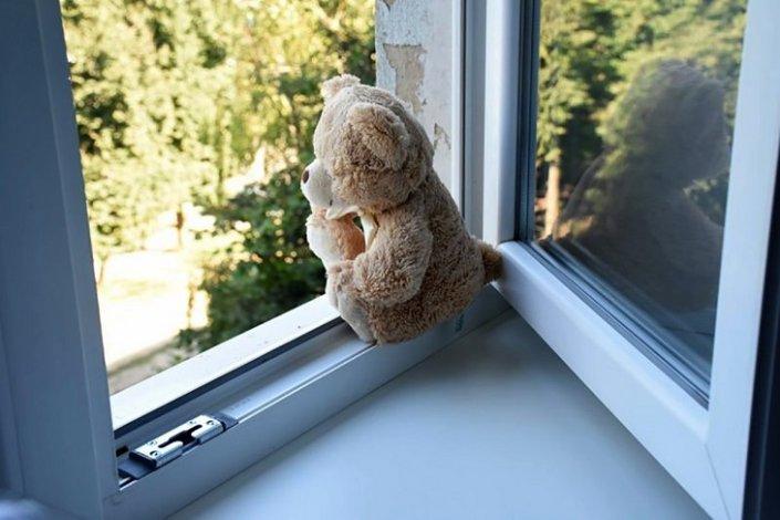 Двухлетний астраханец выпал из окна