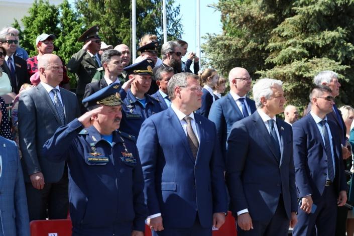 Губернатор Игорь Бабушкин посетил военный парад в Знаменске и расчихвостил строителей за медленное возведение дома для сирот