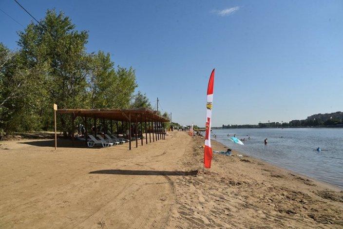 Астраханские власти посетили городской пляж