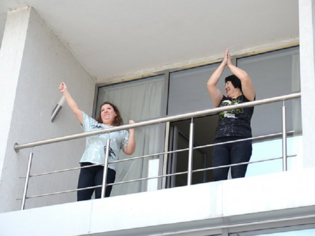Астраханские медики танцевали на балконах обсерватора